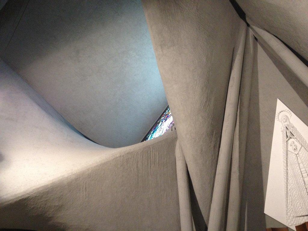 Vista interna dopo il restauro. Le superfici in cemento si presentano come morbidi veli su cui scorre la luce.